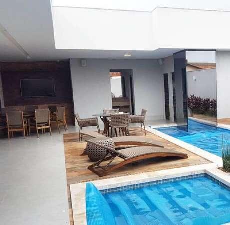 9. Decoração para área externa com piscina e espreguiçadeiras de madeira – Foto: Alfaplex