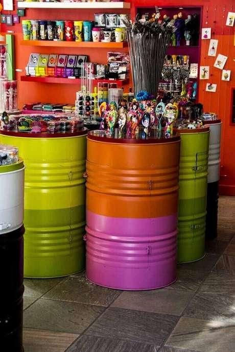 17. Decoração com tonéis decorativos coloridos – Foto: Meta Networks