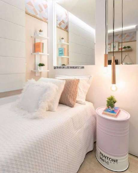 4. Delicada decoração para quarto de solteiro feminino todo branco e rosa com tonel decorado ao lado da cama – Foto: Pinterest