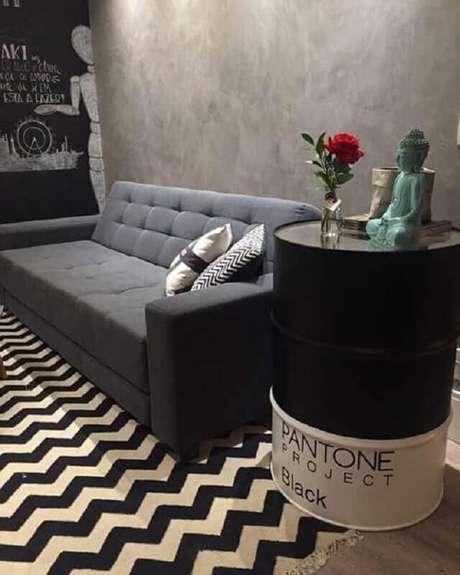 5. Decoração para sala preta e branca com tonel decorativo como mesa lateral – Foto: Decoração de Casa