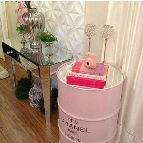 21. Decoração com tonel rosa e aparador espelhado – Foto: Decoração de Casa