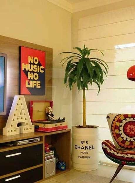 23. Sala de estar decorada em tons neutros com tonel decorativo transformado em vaso de planta – Foto: Just Lia