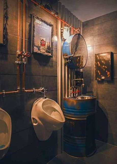 25. Decoração estilo industrial para banheiro com tonel tambor decorativo com acabamento rústico -Foto: Pinterest