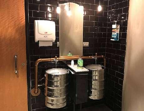 26. Decoração industrial para banheiro com tonel decorativo – Foto: Pinosy