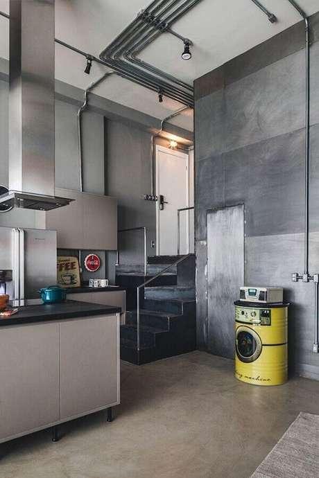 27. Decoração moderna para cozinha toda cinza com tonel decorativo – Foto: Tucah Campos