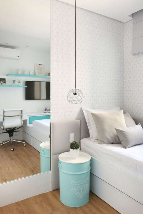 28. Quarto todo branco decorado com tonel tambor decorativo azul Tiffany – Foto: Wood Save