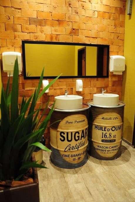 30. Decoração rústica com tonel decorativo para banheiro – Foto: My Easy Decor