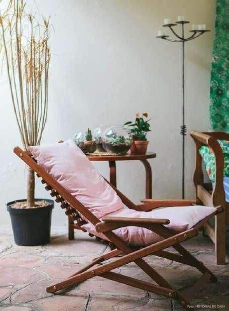 4. Decoração para varanda rústica com espreguiçadeira estofada – Foto: Requinte Externo