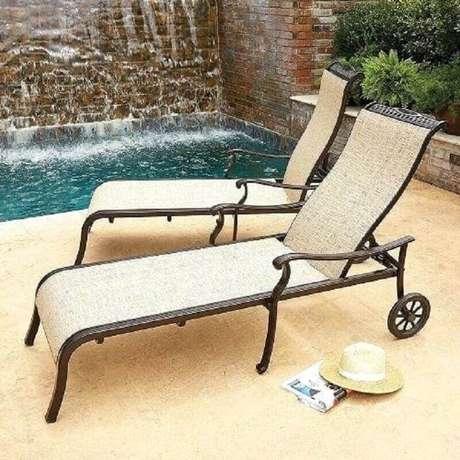 20. Espreguiçadeira de ferro para área externa com piscina – Foto: eBay