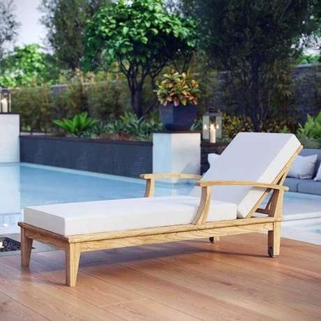 24. Modelo de espreguiçadeira de madeira rústica com estofado branco – Foto: Manifiesto Design Center