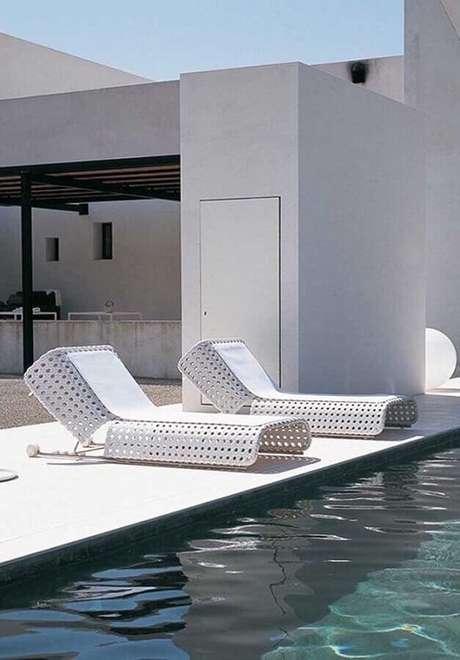 26. O design da espreguiçadeira de plástico para área de piscina levou um toque moderno ao ambiente – Foto: Architonic
