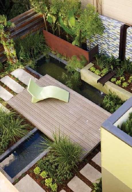 27. Linda decoração para jardim com pequeno lago artificial e espreguiçadeira de plástico – Foto: Architizer