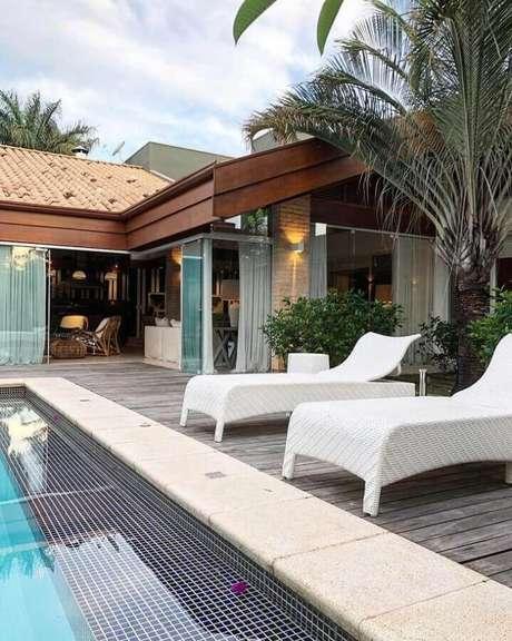 28. Decoração para área externa com piscina e espreguiçadeira de vime pintada de branca – Foto: Roberto Cimino
