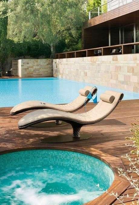 36. Design moderno de espreguiçadeira piscina – Foto: Mauricio Gebara Arquitetura