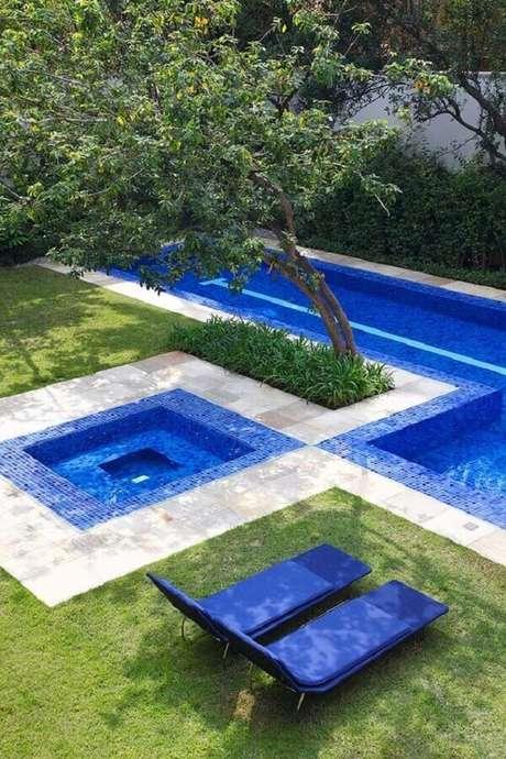37. Aqui o par de espreguiçadeira piscina combina com a cor escolhida para o revestimento da piscina – Foto: Casa de Valentina