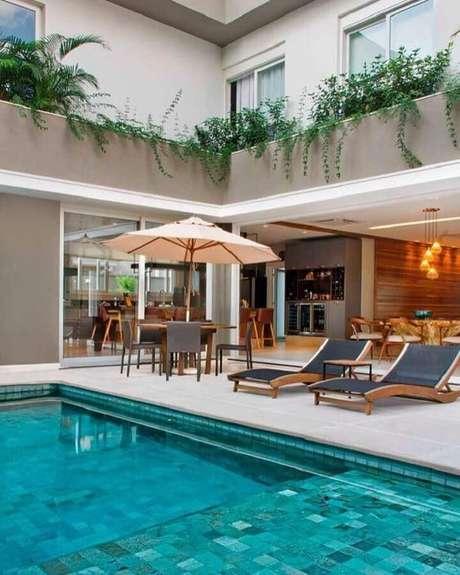 34. Decoração sofisticada com espreguiçadeira piscina com base de madeira – Foto: Mac Design