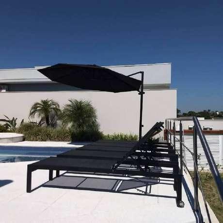 41. A moderna espreguiçadeira piscina toda preta levou um toque sofisticado à área externa – Foto: Requinte externo