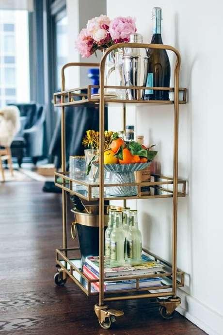 34. Inclua um bar em casa se utilizando de um carrinho bar. Fonte: Pinterest