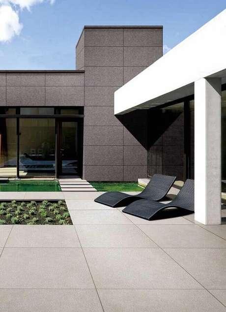 42. Jardim decorado com modernas espreguiçadeira de plástico com linhas curvas – Foto: Pinterest