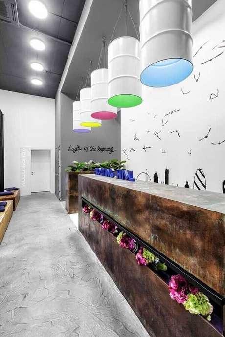 32. Dê um novo estilo ao seu ambiente usando o tonel decorativo como luminária – Foto: Muito Chique