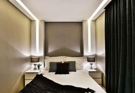 9. O uso de tons monocromáticos é comum em um quarto de casal moderno. Projeto por: Tetriz Arquitetura e Interiores