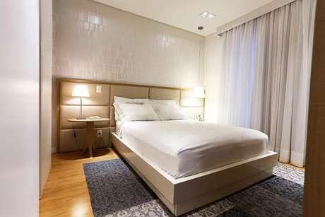 2. A cortina é um elemento muito importante para o quarto de casal moderno por representar bem o conceito de funcionalidade.Projeto por:Cristina Reinert