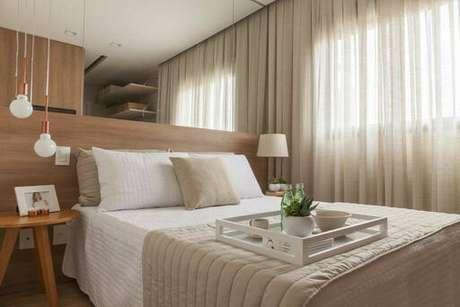 15. Tons pastéis também são muito utilizados na decoração de um quarto de casal moderno. Projeto por: Très Arquitetura