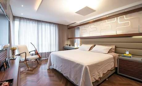 16. Elementos como adesivos podem facilmente ser incorporados na decoração de um quarto de casal moderno. Projeto por: Leonardo Muller