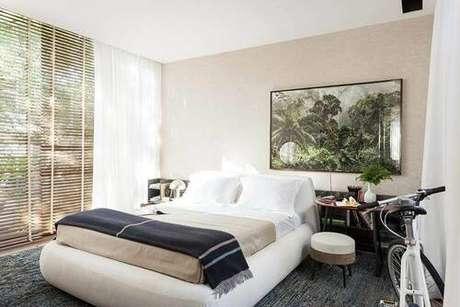 17. As persianas esbanjam funcionalidade e combinam com a decoração de um quarto de casal moderno. Projeto por:Dado Castelo Branco