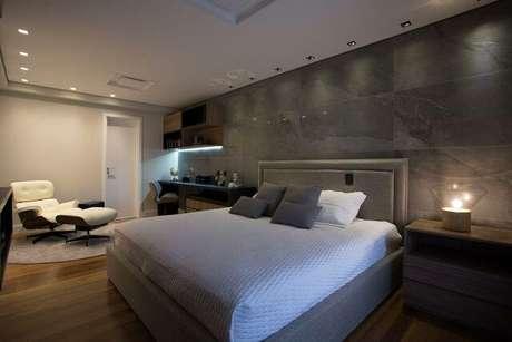 1. Um quarto de casal moderno geralmente possui muita funcionalidade e tons terrosos. Projeto por: Meet Arquitetura e Interiores