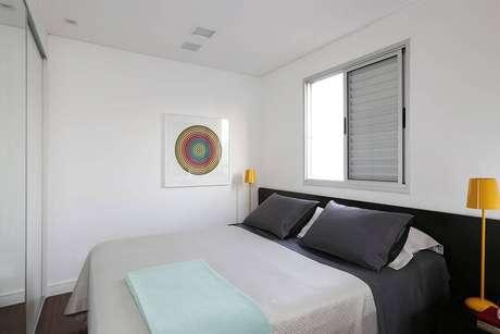18. Muitas vezes a decoração de um quarto de casal moderno é simples e opta pelo conforto. Projeto por: Ricardo Abreu Arquitetos