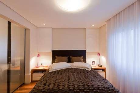 19. Uma boa forma de montar um quarto de casal moderno é optar por uma iluminação mais confortável. Projeto por: Márcia Varalla