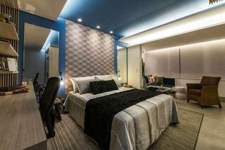 20. Painéis com desenhos geométricos são muito comuns na decoração de um quarto de casal moderno e dão vida ao ambiente. Projeto por: Morar Mais Por Menos
