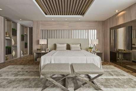 22. O uso de tapetes em cores sóbrias também é uma boa opção para um quarto de casal moderno.Projeto por:Casa Cor 2016