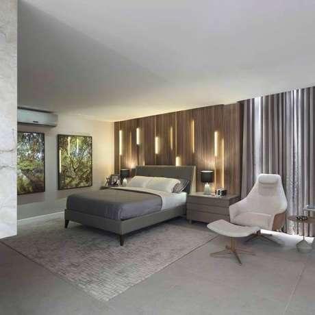 24. Utilizar a iluminação do ambiente para compor a mobília também é algo muito válido na decoração de um quarto de casal moderno. Projeto por: Casa Cor Brasília 17