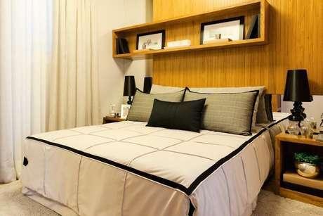 25. O marrom da madeira sempre pode ser destacado com o uso de peças pretas ou brancas em um quarto de casal decorado. Projeto por: Sasso & Dalanezi Arquitetura + Design