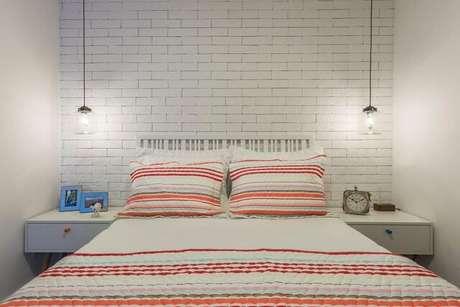 26. As listras são um dos principais elementos utilizados na decoração de um quarto de casal moderno. Projeto por: Idealizzari Arquitetos