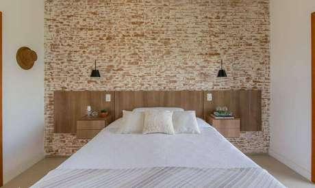 28. Além de dar um tom mais rústico, os tijolos baianos são peças importantes na composição de um quarto de casal moderno. Projeto por: NOMA Estúdio