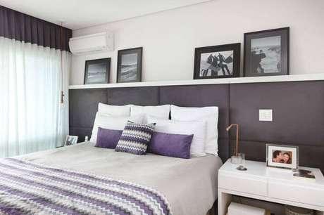 29. O uso dos quadros pode estar ligado a outros objetos, como por exemplo a cômoda da cama do quarto de casal moderno. Projeto por: Renata Cáfaro