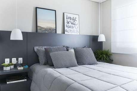 30. Em um quarto de casal moderno o uso de móveis multiuso combinado com itens de decoração é muito comum. Projeto por: SP Estudio