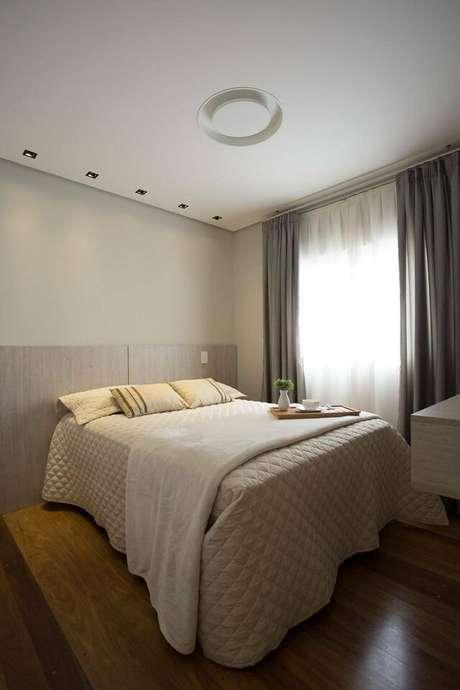 32. Para um quarto de casal moderno, o uso de cortinas pode ser feito de forma mais despojada. Projeto por: Meet Arquitetura e Interiores