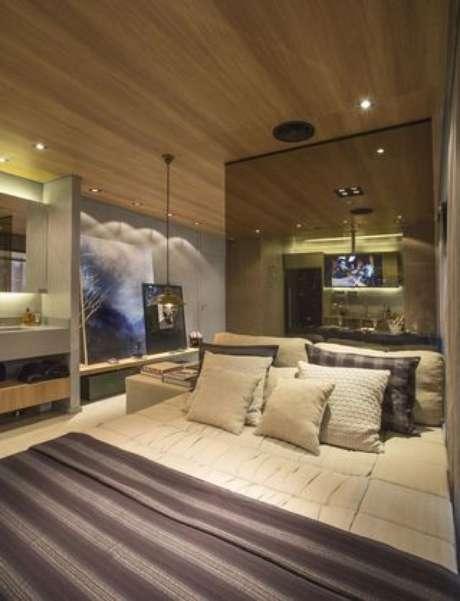 48. Uma parede de espelhos é ótima para compor um quarto de casal moderno. Projeto por: Carlos Rossi