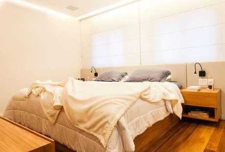 46. Os tons terrosos podem estar apenas na madeira do quarto de casal moderno. Projeto por: Studio Scatena Arquitetura