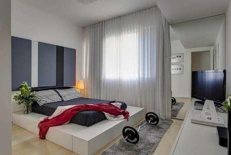 35. Em um quarto de casal moderno, o conceito de cama pode ser abstraído. Projeto por: Denise Macedo