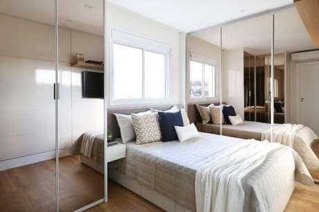 36. O uso de espelhos pode aumentar a sensação de espaço do quarto de casal moderno. Projeto por: Bianchi e Lima Arquitetura