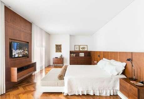 37. A madeira pode ser o elemento predominante em um quarto de casal moderno. Projeto por: Leonardo Muller
