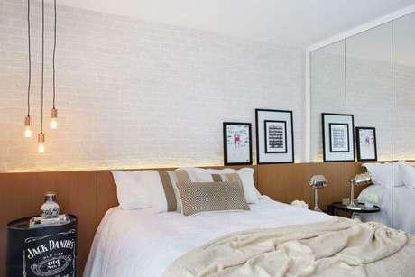 38.O quarto de casal moderno pode ter traços rústicos e luxuosos ao mesmo tempo. Projeto por: Fernanda Azevedo Mancini