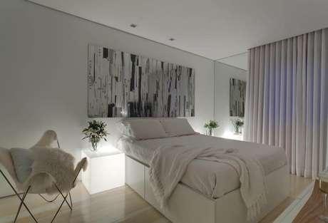 39. O uso de obras de arte sempre está associado à sensação de conforto em um quarto de casal moderno. Projeto por: Denise Macedo