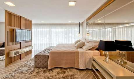 4. Alguns materiais podem transformar um quarto de casal moderno em um cômodo também luxuoso.Projeto por: Espaço do Traço Arquitetura