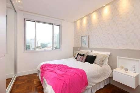 44. O uso de móveis suspensos também pode ser uma boa saída para a falta de espaço em um quarto de casal moderno. Projeto por: Archduo Arquitetura